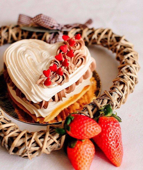 корзиночка из песочного теста, наполненная орехами в соусе тоффи.